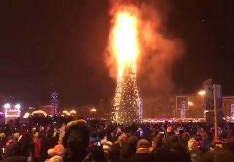 Дедушка Мороз иСнегурочка сгорели на основной елке Петропавловска-Камчатского