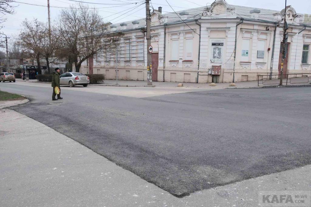 Фото новости - Асфальт возвращается на проезжую часть улиц Феодосии (фоторепортаж)