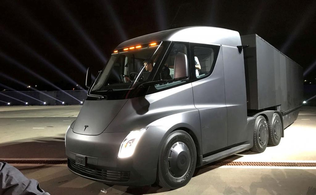 Беспилотные фуры Tesla выполнили первый грузовой рейс