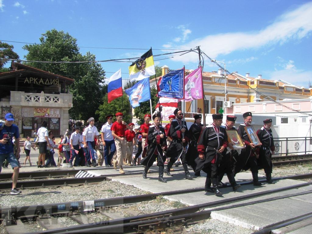 Фото новости - Феодосия встретила автопробег, посвященный юбилею ДОСААФ (видео)(фоторепортаж)