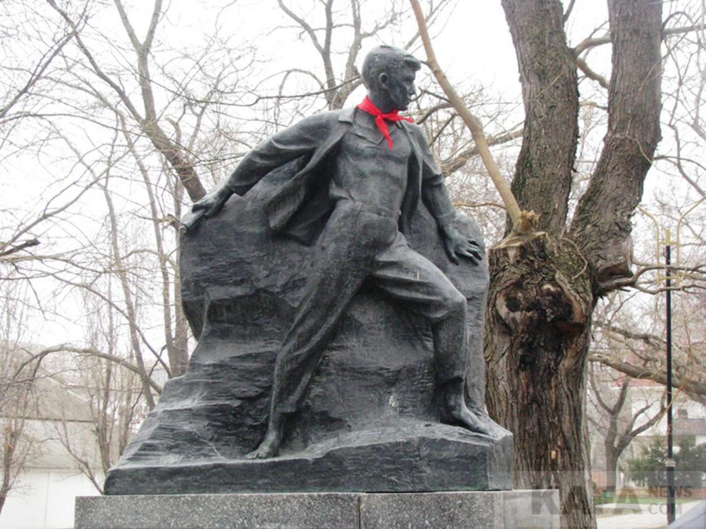 Фото новости - Феодосийские школьники почтили память партизана Вити Коробкова (видео)(фоторепортаж)