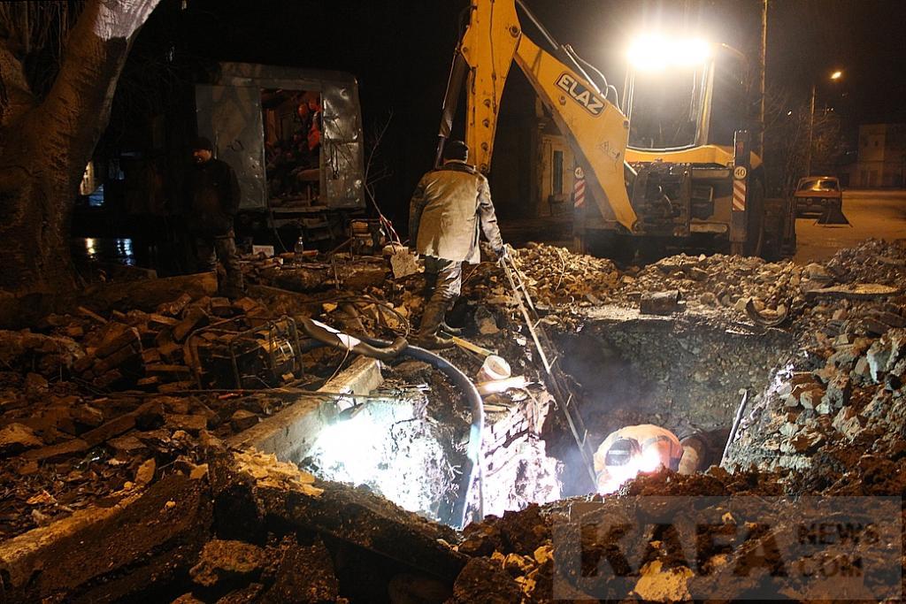 Фото новости - Феодосийцы спят, аварийная бригада работает(фоторепортаж)