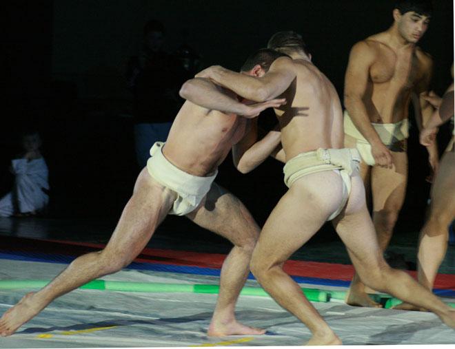 golie-parni-so-stoyachimi