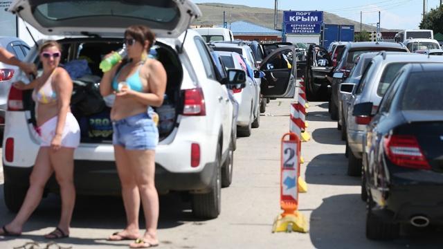 Из-за массового отъезда туристов из Крыма жителей просят не пользоваться личным автотранспортом