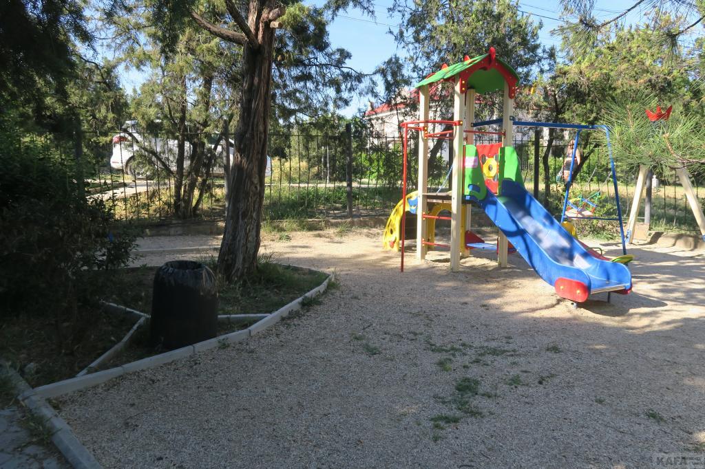 Фото новости - Коктебельцы назвали детскую площадку и амбулаторию отмывкой денег(фоторепортаж)