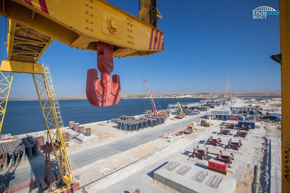 Строители возвели 100 опор Керченского моста из595