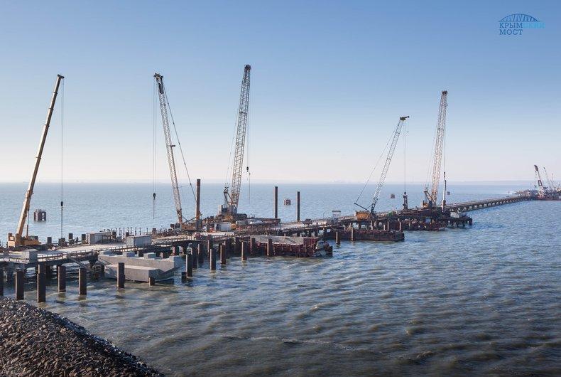 Установлена половина всех свай моста вКрым