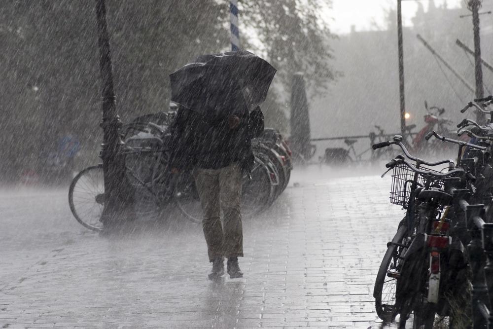 МЧС: Сильные дожди иветер надвигаются наКрым