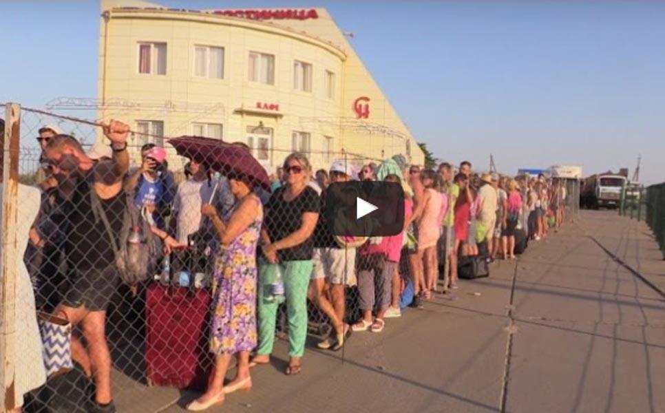 Вочередь награнице Крыма с Украинским государством любителям автомобилей привозят питьевую воду