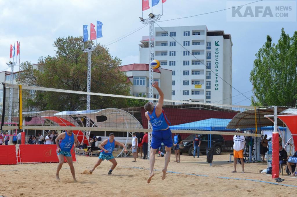 Фото новости - Пляжную волейбольную площадку на Черноморской набережной в Феодосии снесут(фоторепортаж)