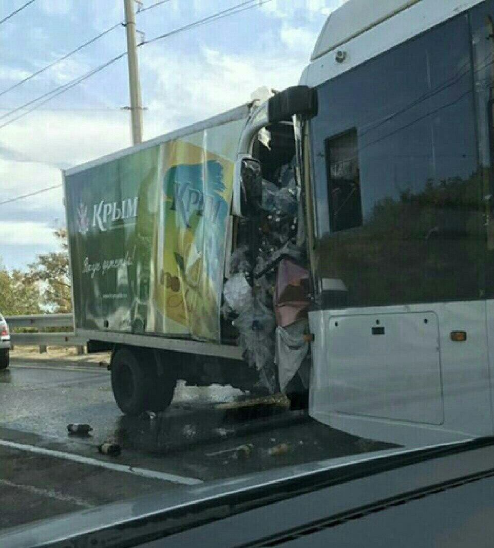 Под Алуштой вКрыму грузовой автомобиль столкнулся строллейбусом: есть пострадавшие