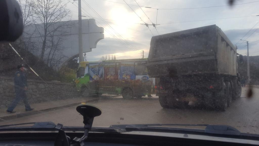Под Симферополем напешеходном переходе сбили двоих молодых людей: девочка погибла