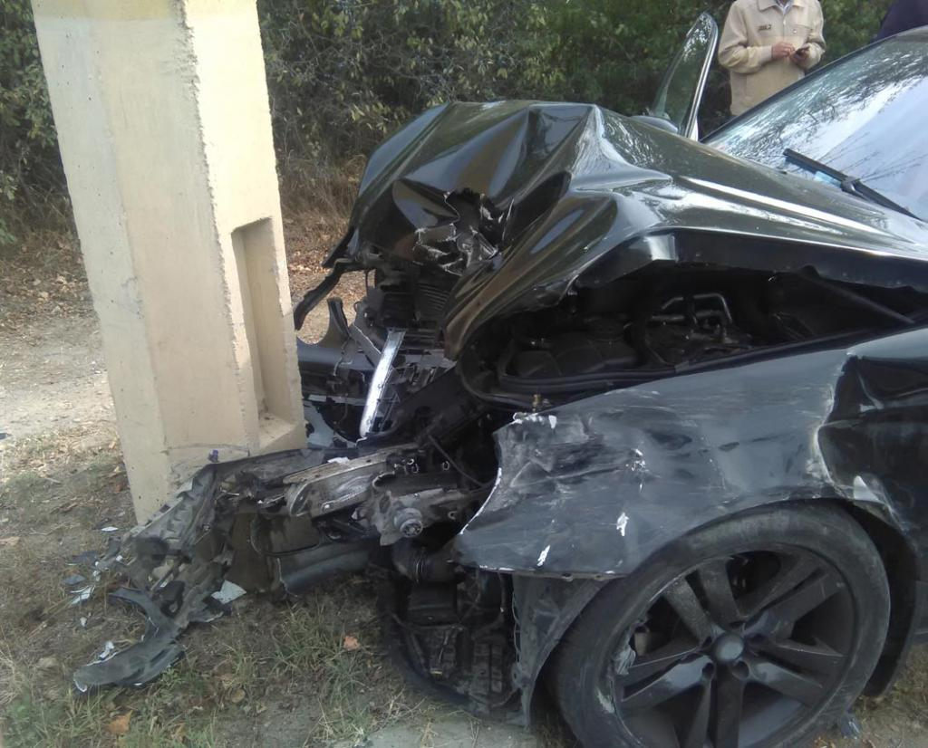 Под Симферополем Mercedes врезался встолб