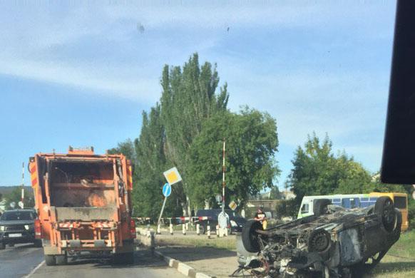 Фото новости - Сегодня утром в районе нефтебазы у ж/д переезда автомобиль снес столб и загорелся