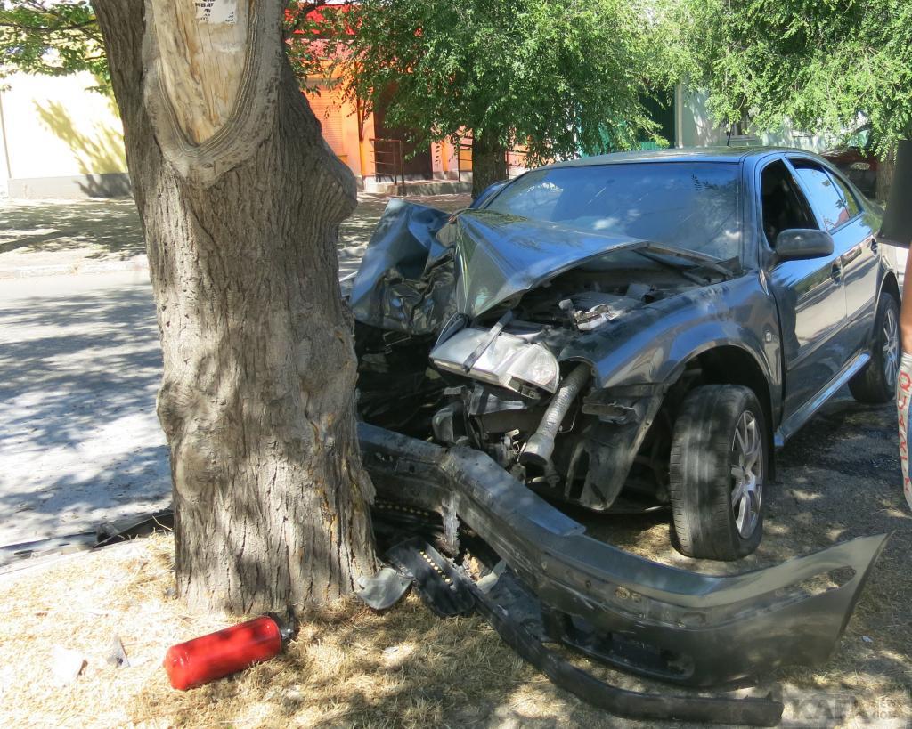 Фото новости - Сегодня в Феодосии на ул.Русской легковой автомобиль влетел в дерево