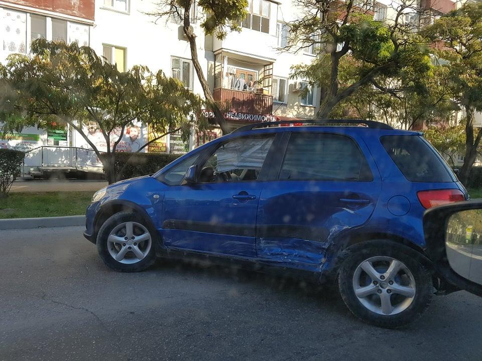 Фото новости - Сегодня в Феодосии очередное ДТП: не разъехались два автомобиля на улице Советской(обновлено)