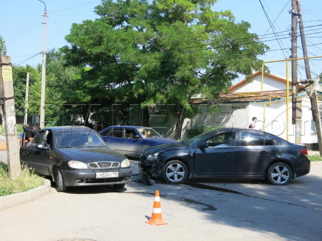 Фото новости - Сегодня в Феодосии столкнулись два легковых автомобиля (фото)(фоторепортаж)
