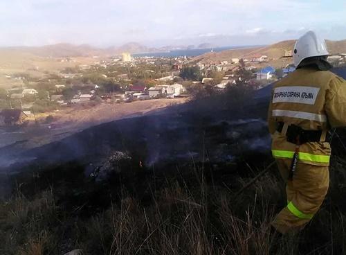 Фото новости - Сотрудники МЧС ликвидировали пожары в Коктебеле и Орджоникидзе (фото)