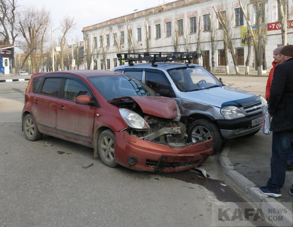 Фото новости - Спорное ДТП в Феодосии: на «Белом Бассейне» столкнулись две машины (фото) (видео)