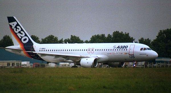 Первая модификация авиалайнера, получившая обозначение.  Airbus A320-100. была выпущена в ограниченном количестве...