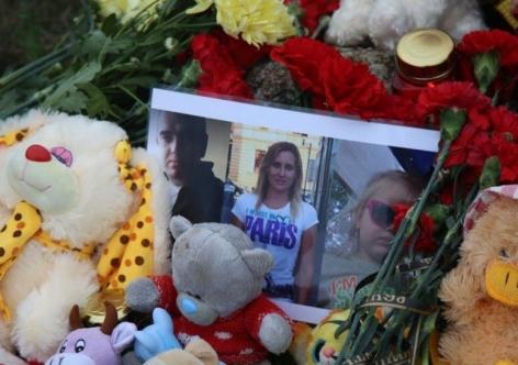 Фото - Убийца феодосийской семьи написал явку с повинной, керчане к месту трагедии несут цветы и игрушки