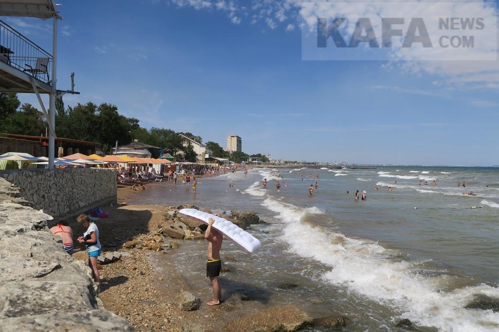Фото новости - В Феодосии на пляжах из-за шторма минимум отдыхающих(фоторепортаж)