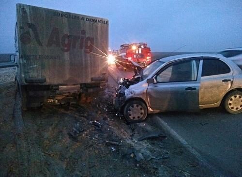 Фото новости - В Феодосии на трассе Симферополь – Керчь сегодня утром лоб-в-лоб столкнулись легковушка и грузовик