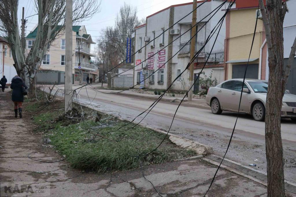 Фото новости - В Феодосии по улице Гарнаева автомобиль сбил электроопору(фоторепортаж)