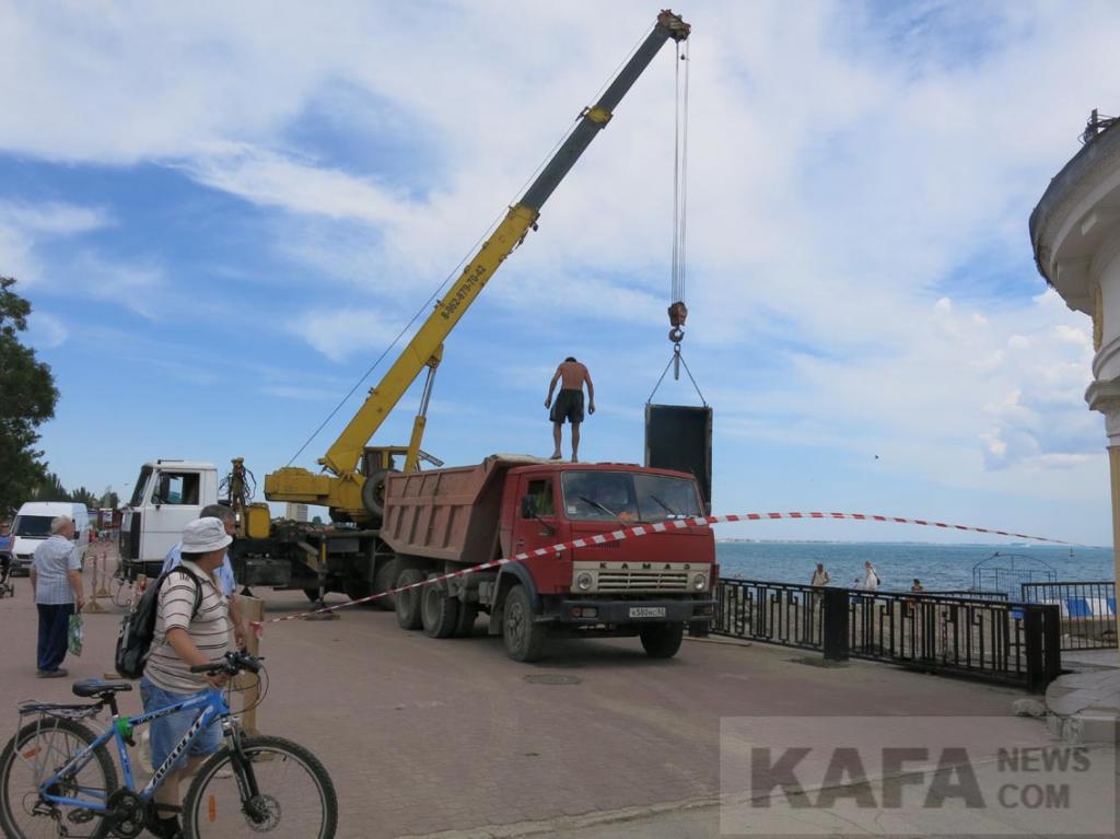 Фото новости - В Феодосии продолжаются работы по прокладке коллектора(фоторепортаж)