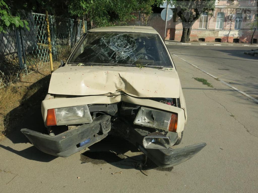 Фото новости - В Феодосии пьяный водитель врезался в тополь(фоторепортаж)
