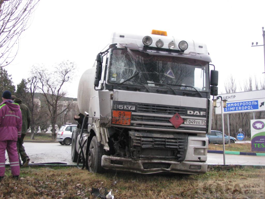 В завоеванной Феодосии бензовоз протаранил пассажирский автобус