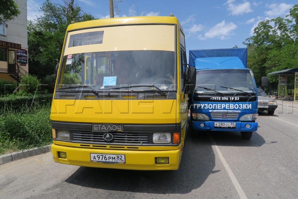 Фото новости - В Феодосии сегодня на перекрестке Советской и Галерейной столкнулись автобус и грузовик(фоторепортаж)
