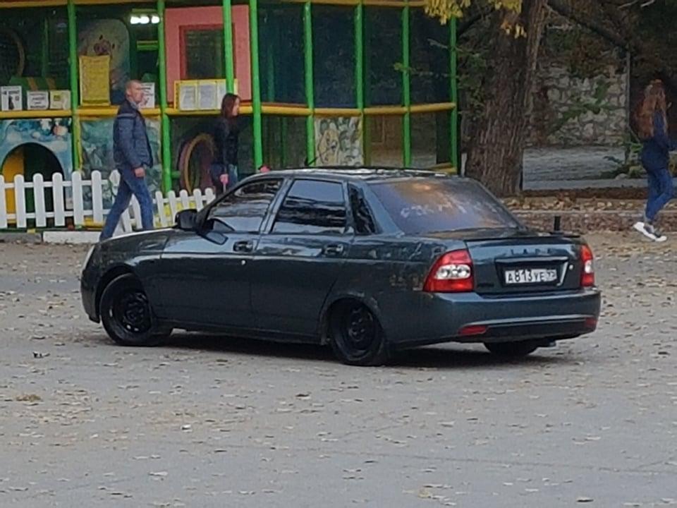 Фото новости - В Феодосии у кинотеатра Крым машина въехала на детскую площадку(фоторепортаж)