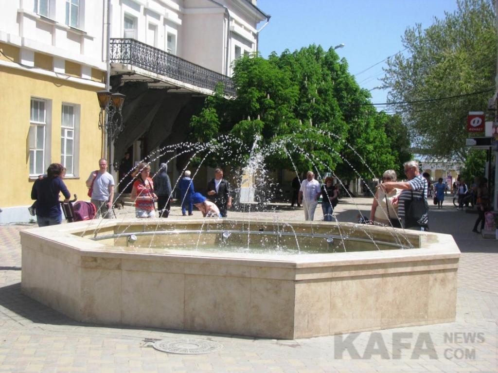 Фото новости - В Феодосии заработал фонтан на Музейной площади(фоторепортаж)
