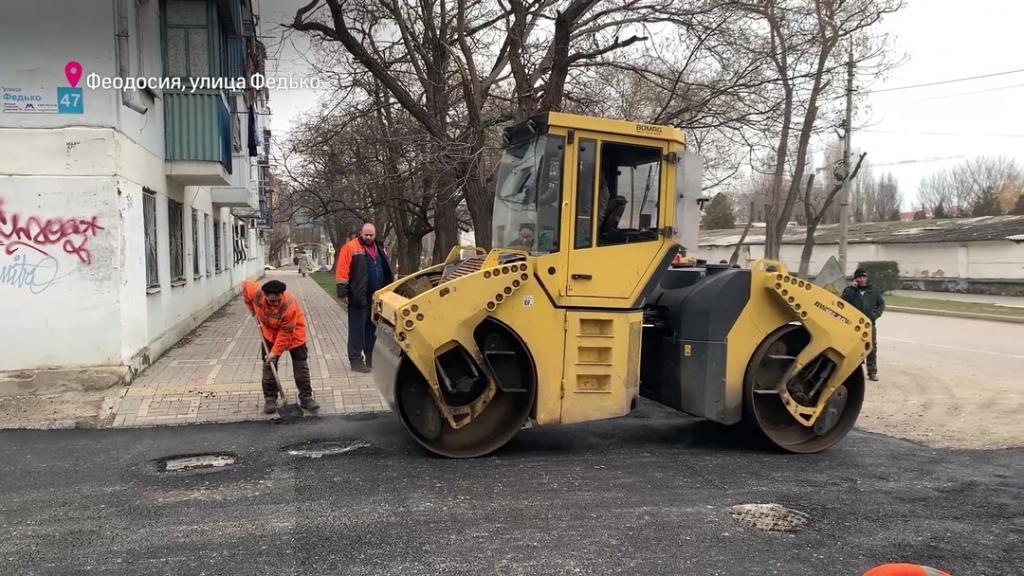 Фото новости - В Феодосии завершают ремонт дорожного покрытия