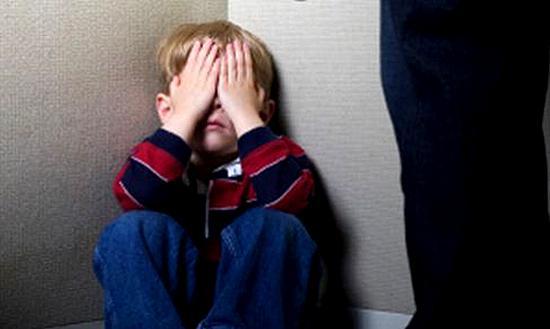 Женщина избила малолетнего сына и бросила ночевать на улице.