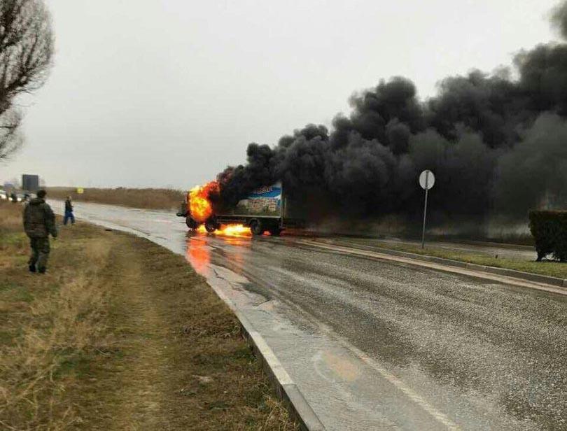 Авария вЕвпатории: сгорели военный санавтомобиль ифургон смолоком
