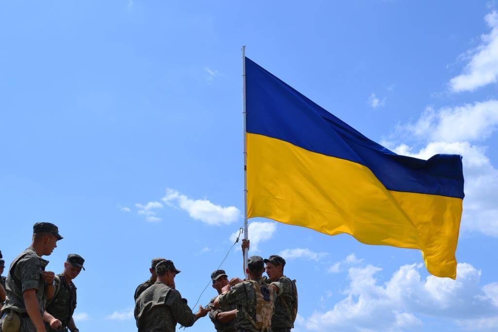 Военные в Крыму подняли украинский флаг