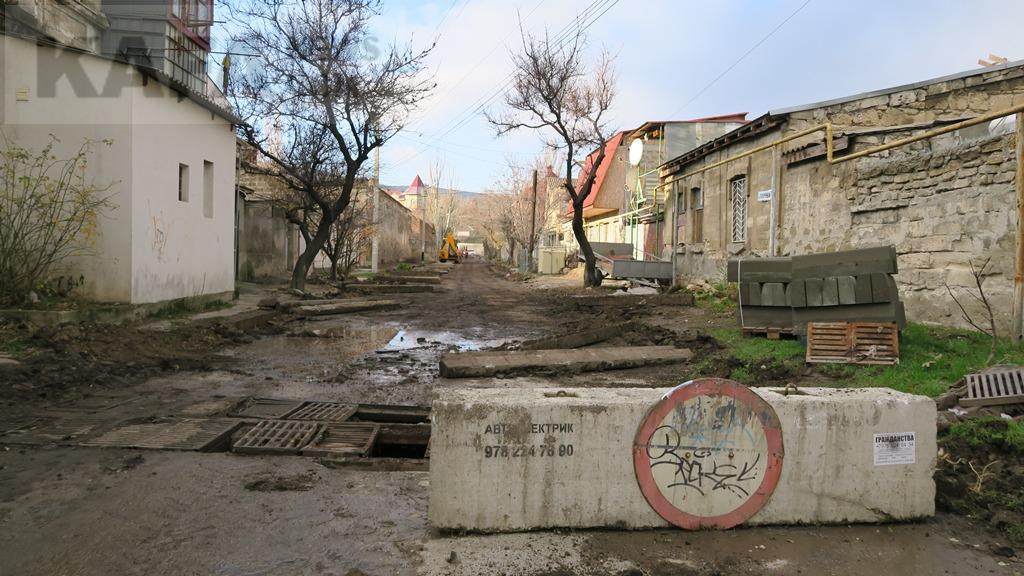 Фото новости - В одном из феодосийских переулков делают ремонт дороги(фоторепортаж)