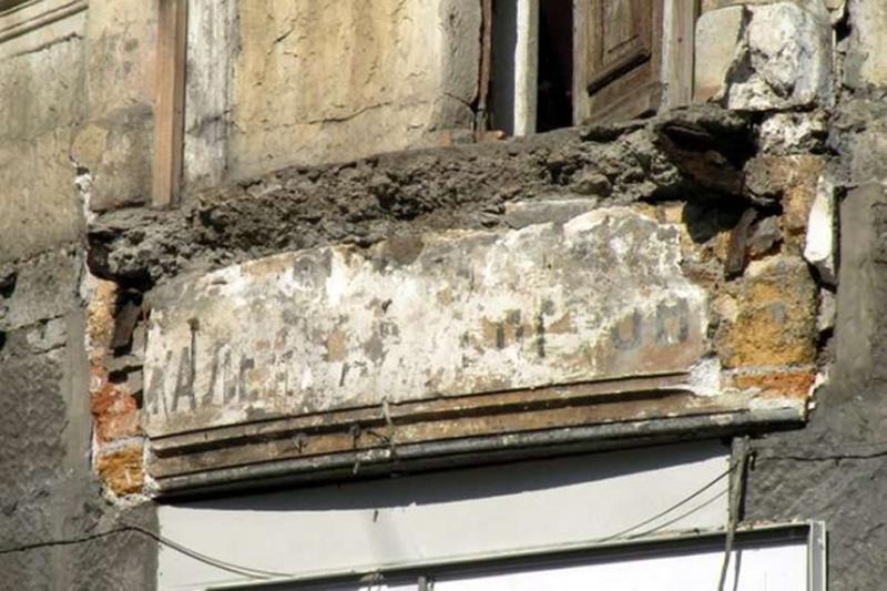 В центре Ялты рухнул балкон в старом доме, фоторепортаж ново.