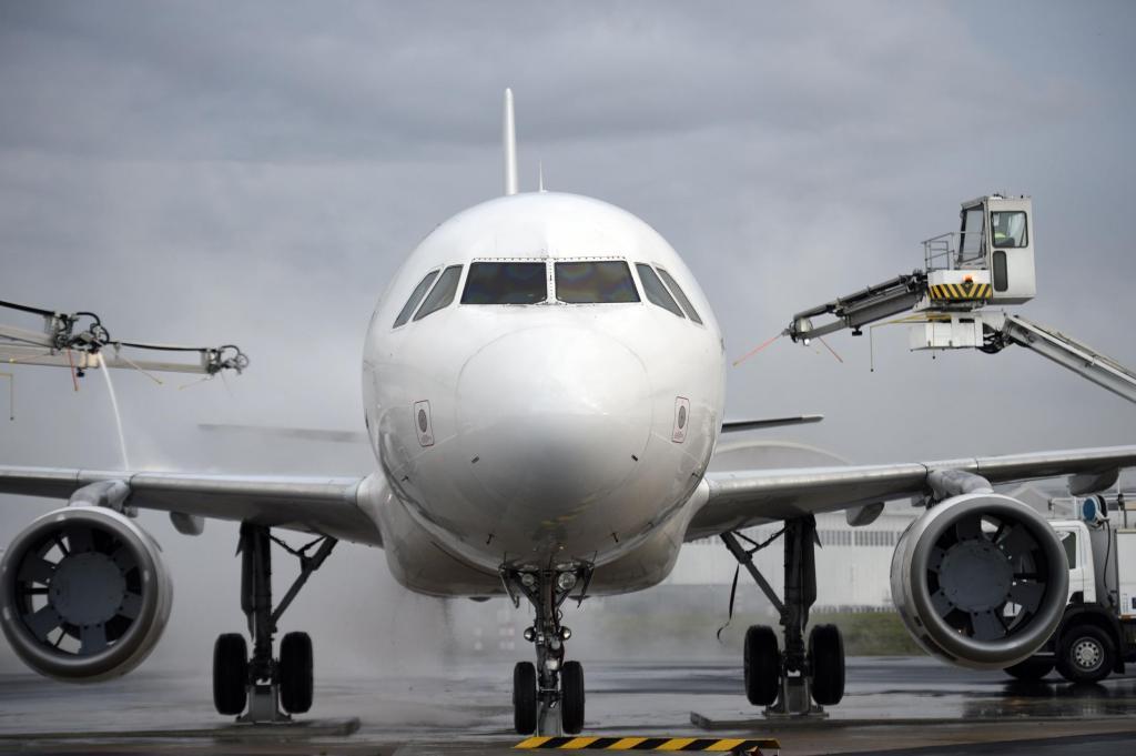Пассажирский самолет вернулся вСимферополь из-за технической неисправности