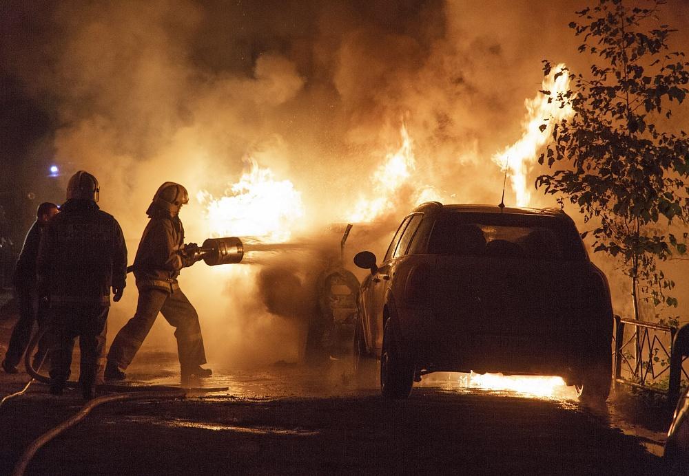 Встолице Крыма два автомобиля загорелись находу
