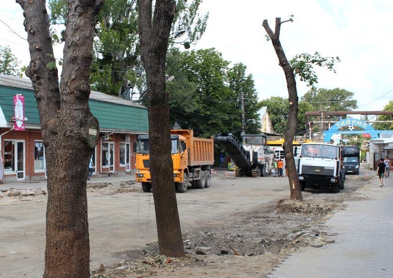 В столице Крыма сегодня начали ремонт дорожного покрытия