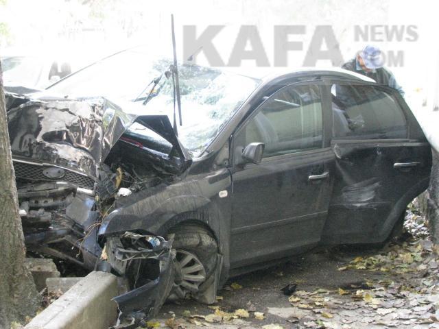 Трое молодых людей на Форд Focus строго разбились одерево вФеодосии