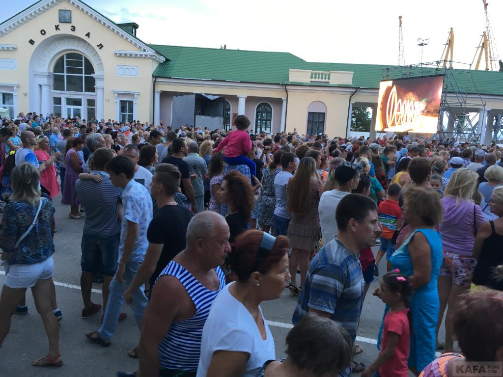 Фото новости - Вечер дня города Феодосии: концерты, дискотека(фоторепортаж)