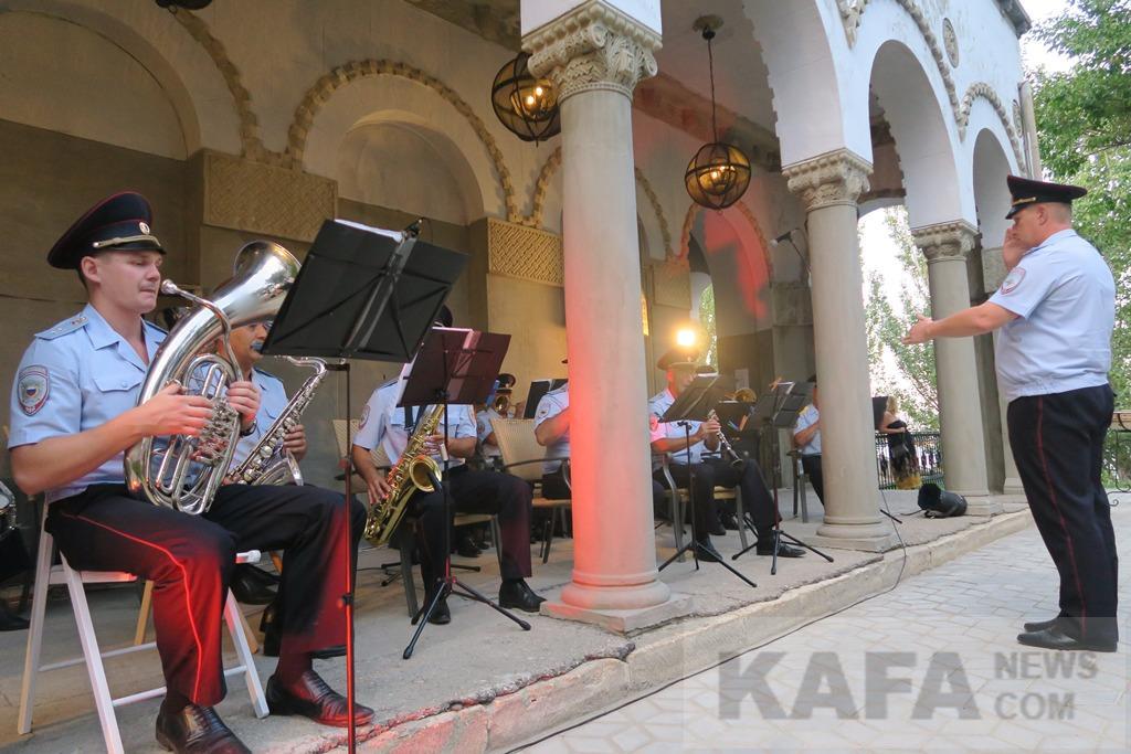 Фото новости - Военный духовой оркестр дал концерт в Феодосии ко Дню государственного флага России(фоторепортаж)