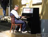 Возле галереи Айвазовского установили фортепиано (видео)