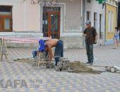 Сегодня вновь восстанавливают плитку на Музейной площади в Феодосии