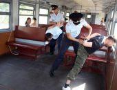 В Крыму пьяный пассажир электрички угрожал ножом своей галлюцинации