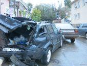 В Феодосии ночью такси врезалось в припаркованные на улице Куйбышева автомобили (дополнено):фоторепортаж